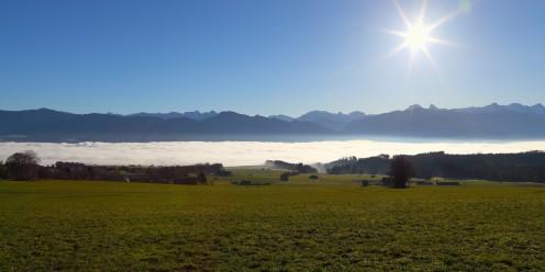 Tempête de ciel bleu au-dessus du brouillard